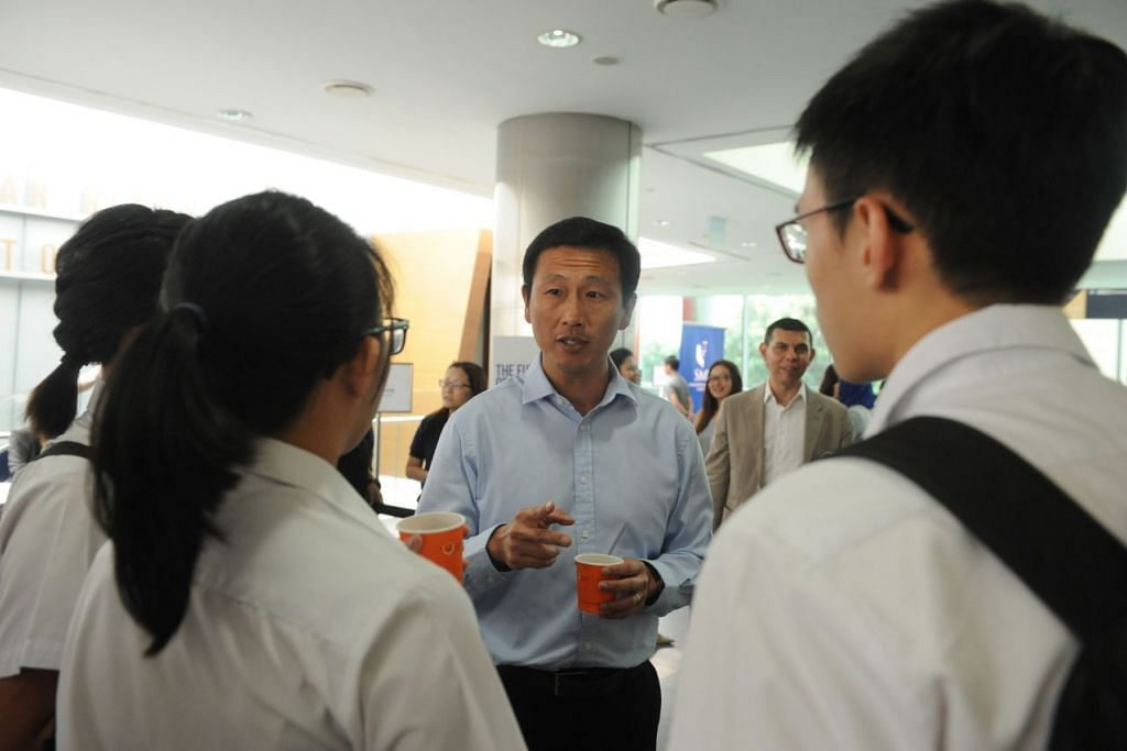 Encik On Ye Kung berinteraksi dengan pelajar sebelum Forum Pendidikan The Straits Times  2016 pada Jun lalu.