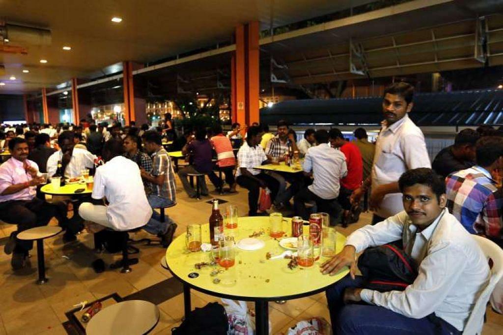 Orang minum arak di Pusat Makanan Tekka pada 28 September 2014.