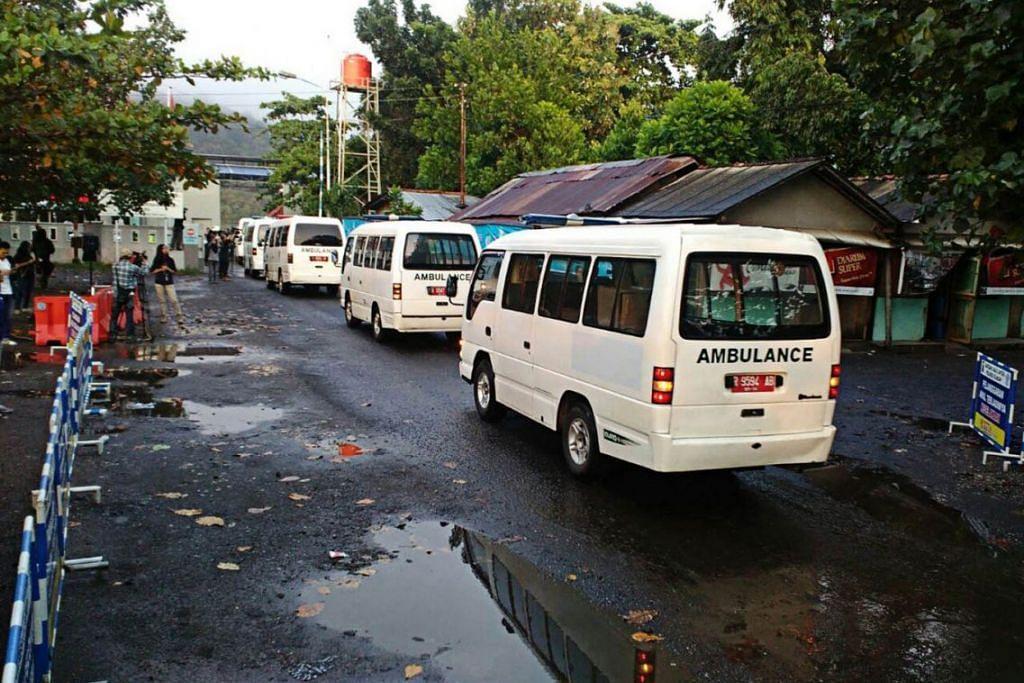 HUKUMAN MATI: Satu konvoi 17 ambulans, kebanyakannya membawa keranda, telah tiba di bandar pelabuhan berdekatan Nusa Kambangan pagi semalam. - Foto THE JAKARTA POST