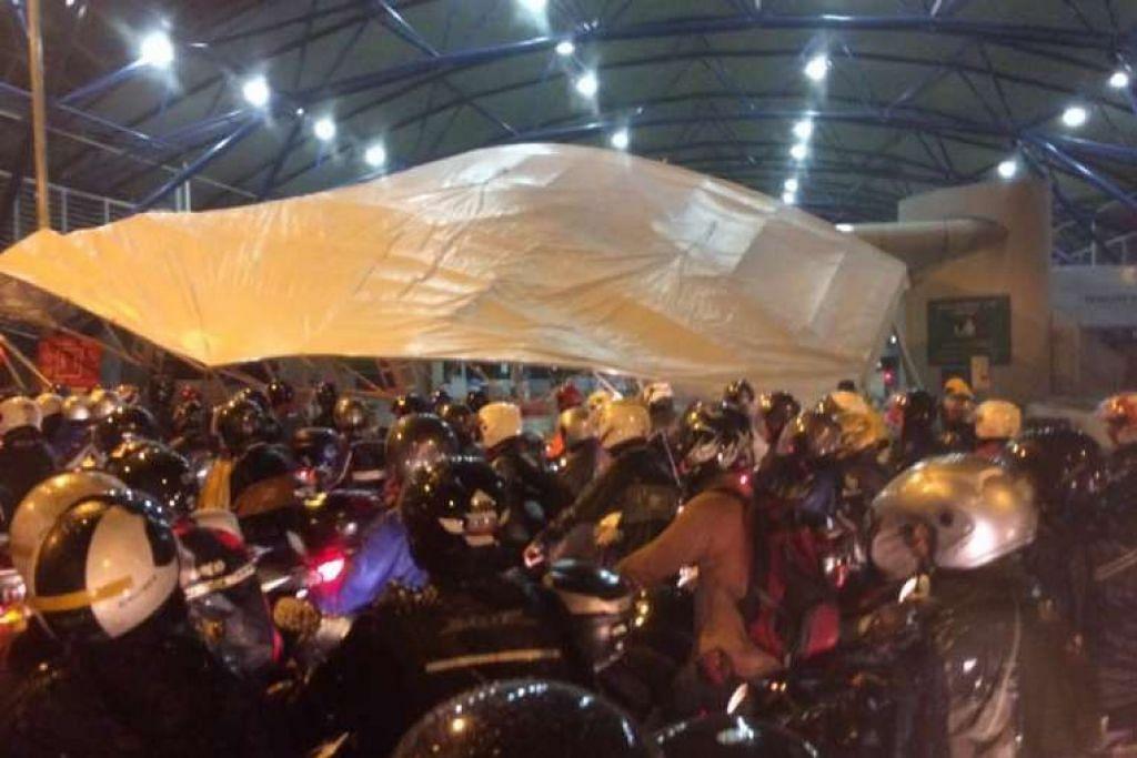 Dua kanopi di Pusat Pemeriksaan Tuas roboh dek angin kencang dan hujan lebat, menurut ICA. SOUTHERN SHMU'EL / FACEBOOK