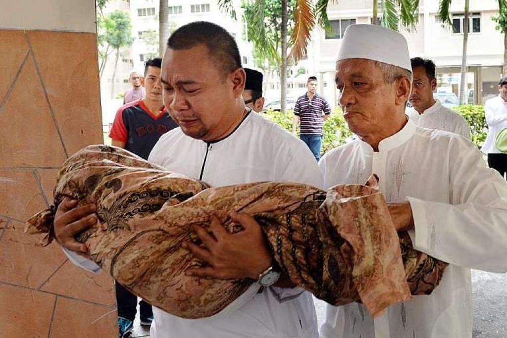 Encik Syahrom Mohamad Yunus membawa jenazah anaknya, Allahyarhamha Nur Syahamah, untuk dikebumikan pada 14 Februari lalu.