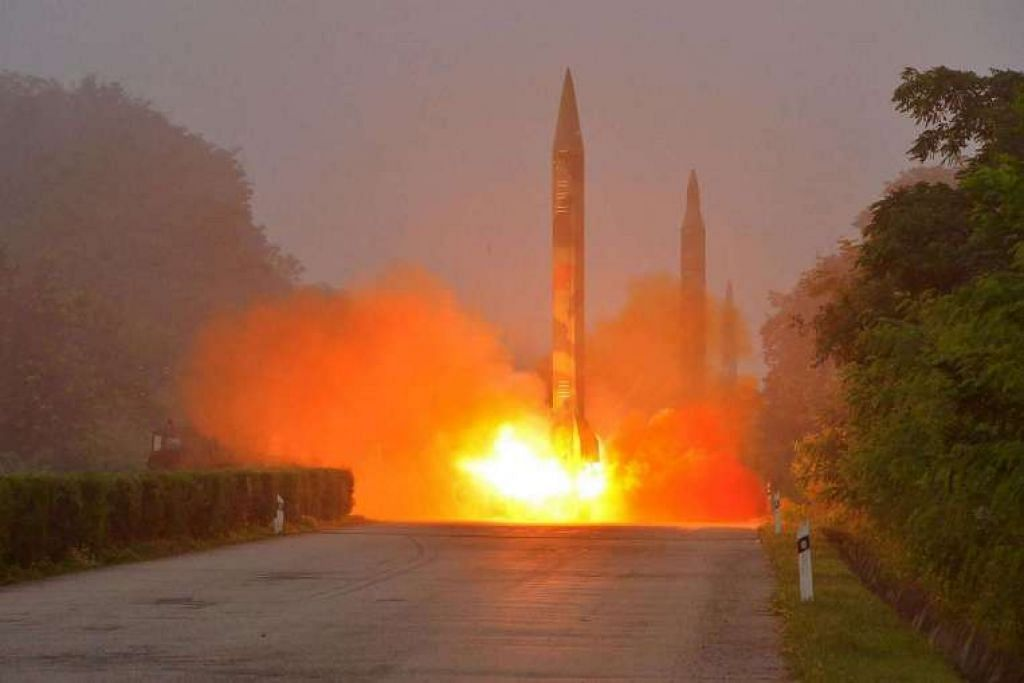 Sebuah peluru berpandu ditembak semasa latihan oleh unit artileri Hwasong Angkatan Strategik Tentera Rakyat Korea.