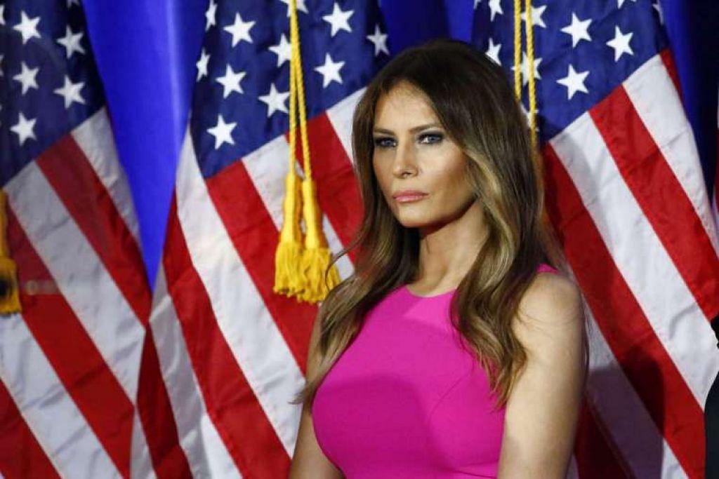 Cik Melania Trump mendengar suaminya menyampaikan ucapan dalam satu acara di New York pada 6 Jun.