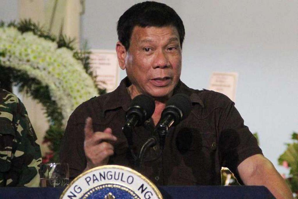 Presiden Rodrigo Duterte berucap semasa menziarahi keluarga seorang askar yang terbunuh di bandar  Davao, selatan Filipina, pada 7 Ogos.
