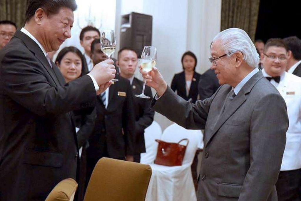 Presiden Tony Tan Keng Yam (kanan) memberi minunm ucap selamat kepada Presiden Xi Jinping. semasa majlis jamuan negara yang diadakan sebagai penghormatan kepada pemimpin China itu di Istana pada 6 November 2015.