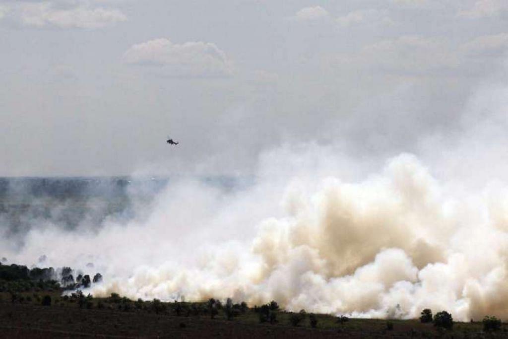 Asap tebal akibat kebakaran hutan di Medang Kampai, Dumai, Riau pada 9 Ogos 2016.