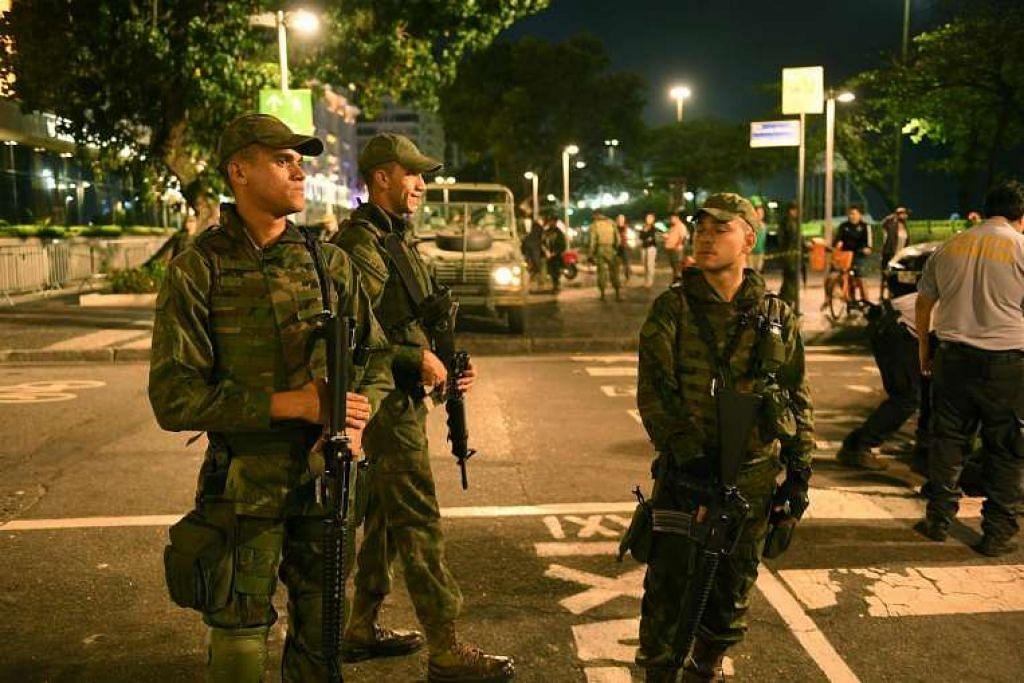 Askar Brazil berkawal sedang peralatan pemusnah bom disimpan selepas satu letupan terkawal di daerah Copacabana di Rio de Janeiro pada 9 Ogos.