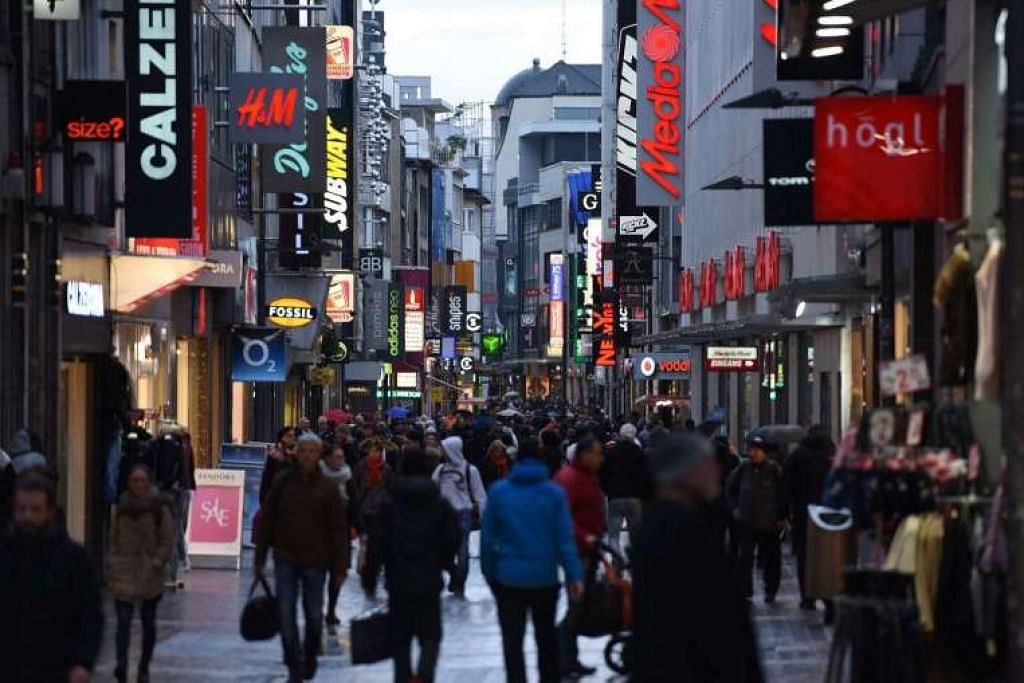 Orang ramai di kawasan pusat beli-belah utama di Cologne, Jerman Januari lalu.