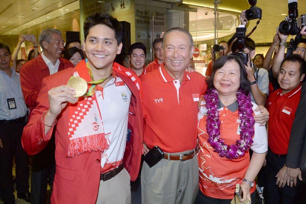 Joseph Schooling bergambar bersama bapanya, Encik Colin, dan ibunya, Cik May, selepas tiba di Lapangan Terbang Changi daripada  Sukan Olimpik Rio 2016 pada 15 Ogos 2016.