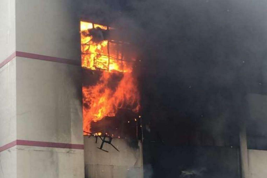 Api masih menyala lebih sejam selepas kebakaran itu dilaporkan.