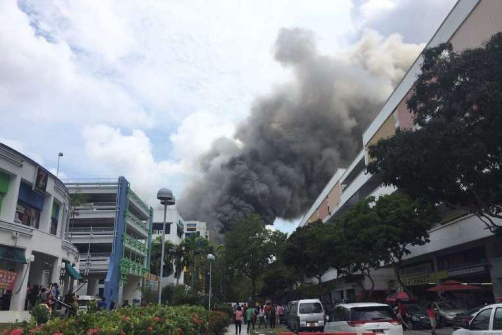 Asap hitam tebal daripada kebakaran di C K Building di Tampines