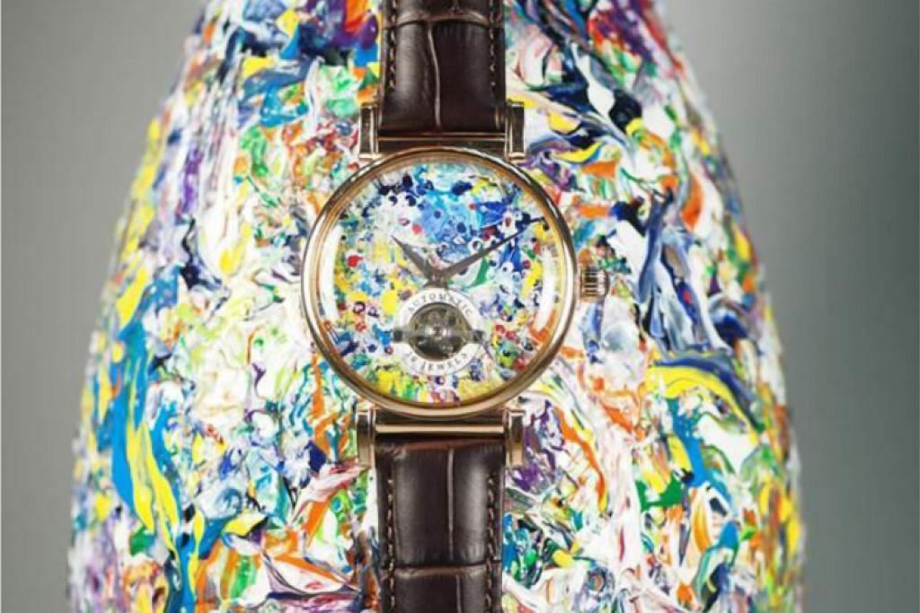 KREATIF: Encik Tan Chong Bin menggunakan jam Arbutus untuk menghasilkan rekaan unik ini. - Foto CRYSTAL TIME