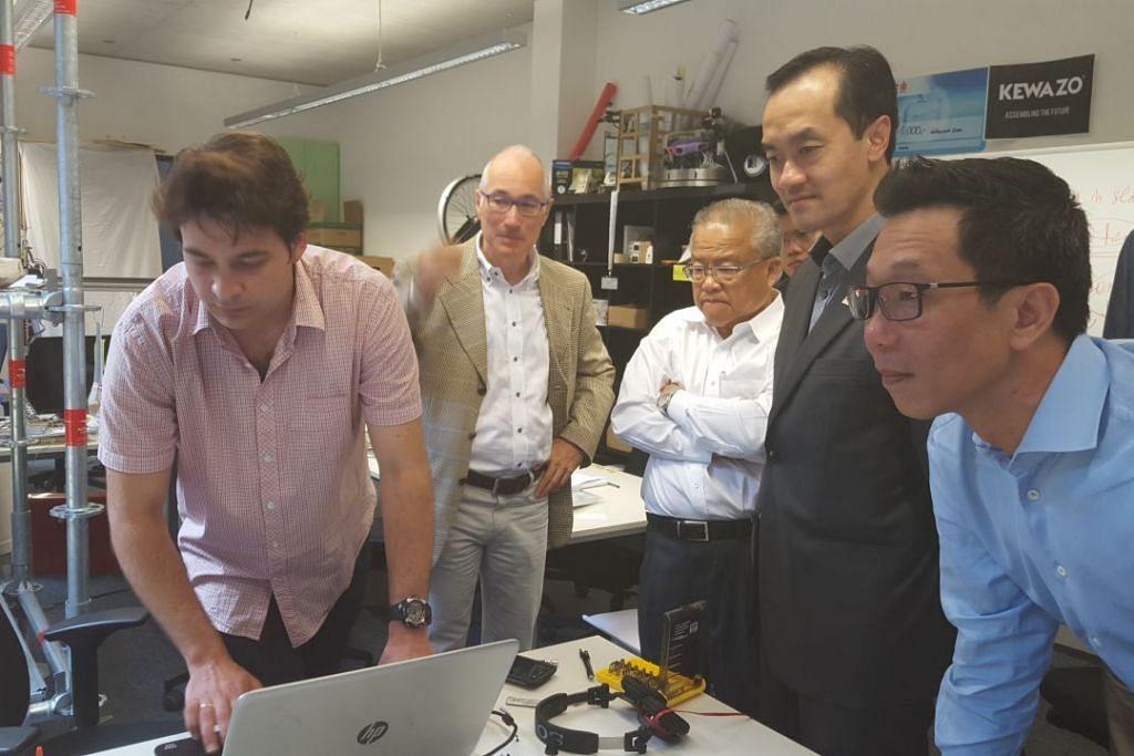 TINJAU STARTUP DI JERMAN: Dr Koh (dua dari kanan) berpeluang meninjau operasi beberapa startup semasa mengadakan lawatan ke Munich, Jerman baru-baru ini, demi mempelajari amalan terbaik buat manfaat firma tempatan. - Foto SPRING SINGAPORE