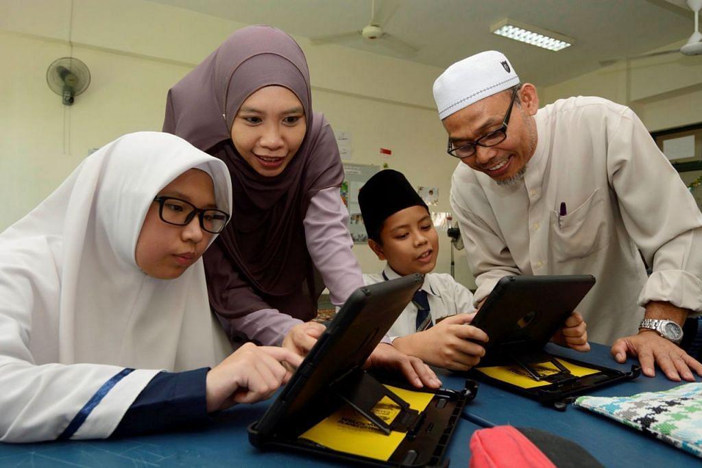 Asatizah berinteraksi bersama pelajar. Encik Lee menyambut baik usaha dan azam masyarakat Melayu/Islam dalam mewajibkan Skim Pengiktirafan Asatizah (ARS). Ini akan memberi jaminan bahawa semua guru agama di sini dapat membimbing pelajar mereka untuk mengamalkan Islam sejajar dengan konteks berbilang kaum Singapura, kata Encik Lee.