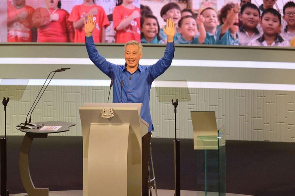 SAMBUNG UCAPAN: Perdana Menteri Lee selesai menyampaikan ucapan sekitar 11 malam tadi selepas kembali berucap pada 10.40 malam dengan disambut tepukan dan sorak hadirin. - Foto TUKIMAN WARJI