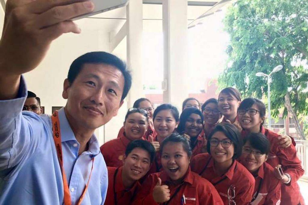 Encik Ong Ye Kung mengambil selfie bersama pelajar semasa pelancaran Program Bergaji dan Belajar (ELP) SkillsFuture bagi sektor tenaga dan kimia pada Isnin (22 Ogos).