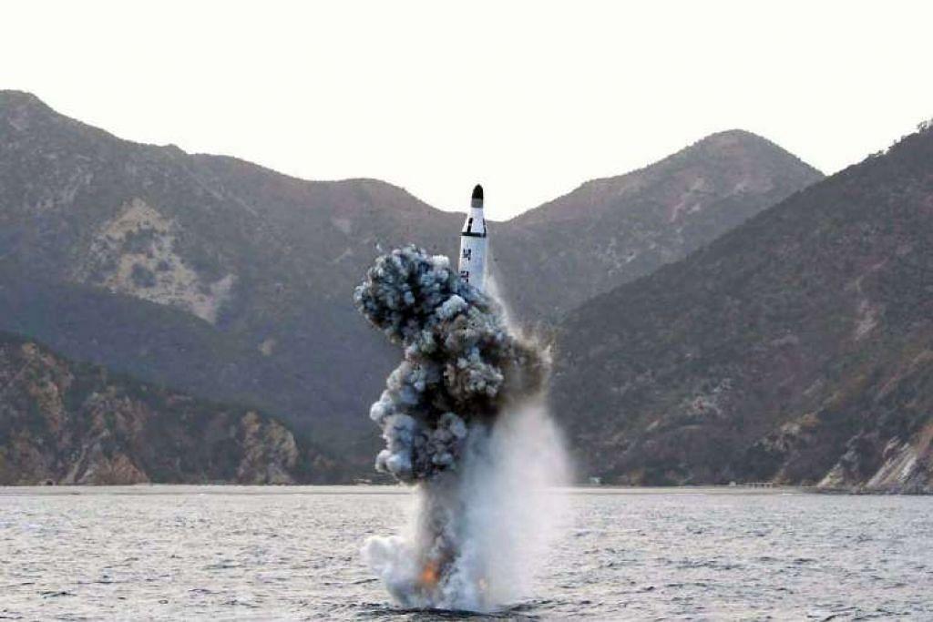 Sebuah gambar fail menunjukkan Korea Utara melancarkan sebuah peluru berpandu di sebuah lokasi yang tidak didedahkan pada 23 April 2016.