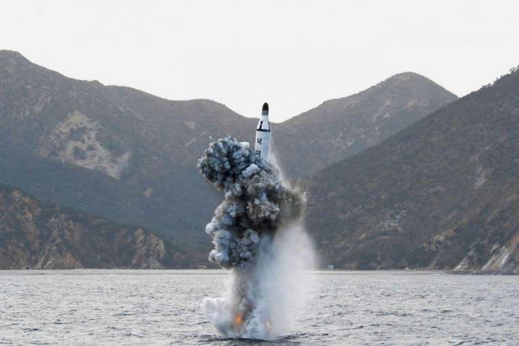 Peluru berpandu yang dilancar dari sebuah kapal selam dalam gambar tidak bertarikh yang dikeluarkan oleh Agensi  Berita Pusat Korea (KCNA) Korea Utara di Pyongyang pada April 24.