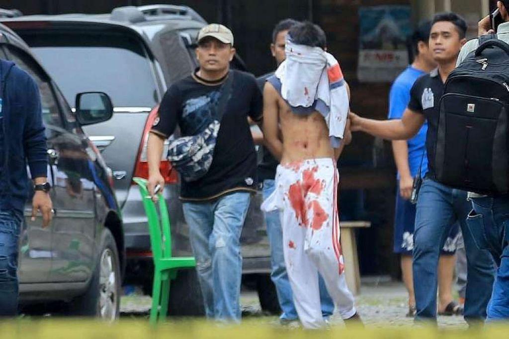 Remaja berusia 17 tahun yang cuba menyerang sebuah gereja dibawa pergi pegawai polis berpakaian preman di Medan pada Ahad (28 Ogos).