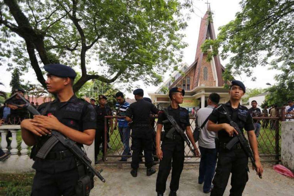 Polis Indonesia mengawal selepas seorang remaja cuba menyerang Gereja Katolik St Joseph di Medan,  pada 28 Ogos 2016.