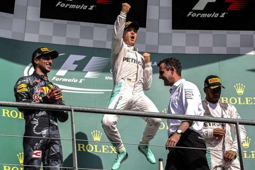 Nico Rosberg (tengah) meraikan kemenangannya dalam Formula Satu Belgium pada Ahad (28 Ogos).  Daniel Ricciardo (kiri) di tempat kedua menakala Lewis Hamilton (kanan) ketiga.