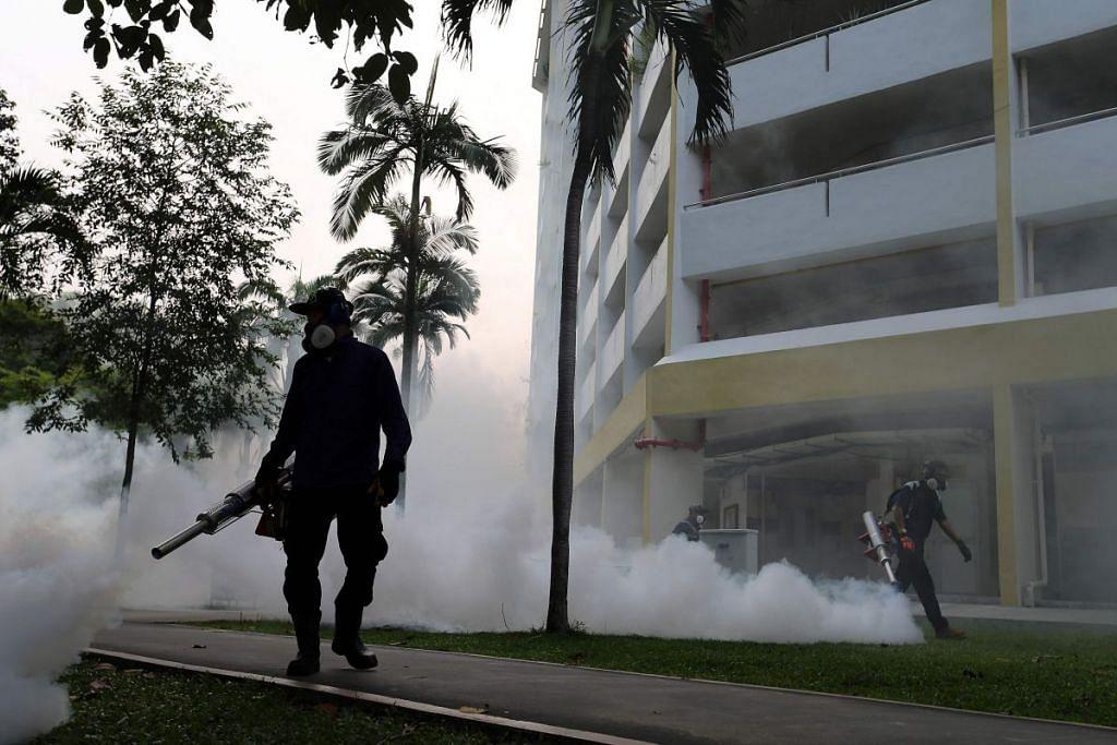 Seorang pekerja melakukan pengabutan di  Aljunied Crescen, tempat kes Zika dikesan, di Singapura  pada Ahad (28 Ogos).