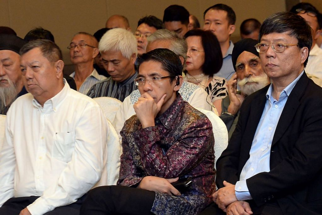 BANGGA DAPAT SEDIA TEMPAT: Dr Mohamad Maliki (duduk depan dua dari kiri) bersama pemimpin agama dan masyarakat mendengar sesi dialog antara agama 'Common Senses For Common Spaces' di Hotel Furama City Centre pada Jun lalu.