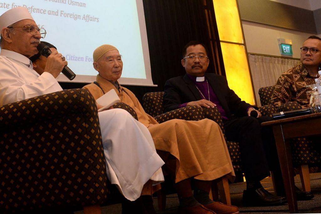 JADI LOKASI MAJLIS PERERAT HUBUNGAN AGAMA: (Dari kiri) Ustaz Habib Hassan, Venerable Master Chin Kung dan Biskop Terry Kee berkongsi pandangan mengenai tajuk berpuasa dalam satu majlis pada 18 Jun lalu. - Foto-foto fail.