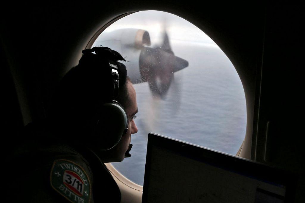 Pegawai penerbangan Angkatan Udara Diraja Australia melihat keluar dari pesawat AP-3C Orion semasa operasi mencari pesawat MH370 di Lautan Hindi pada Mac 2014.
