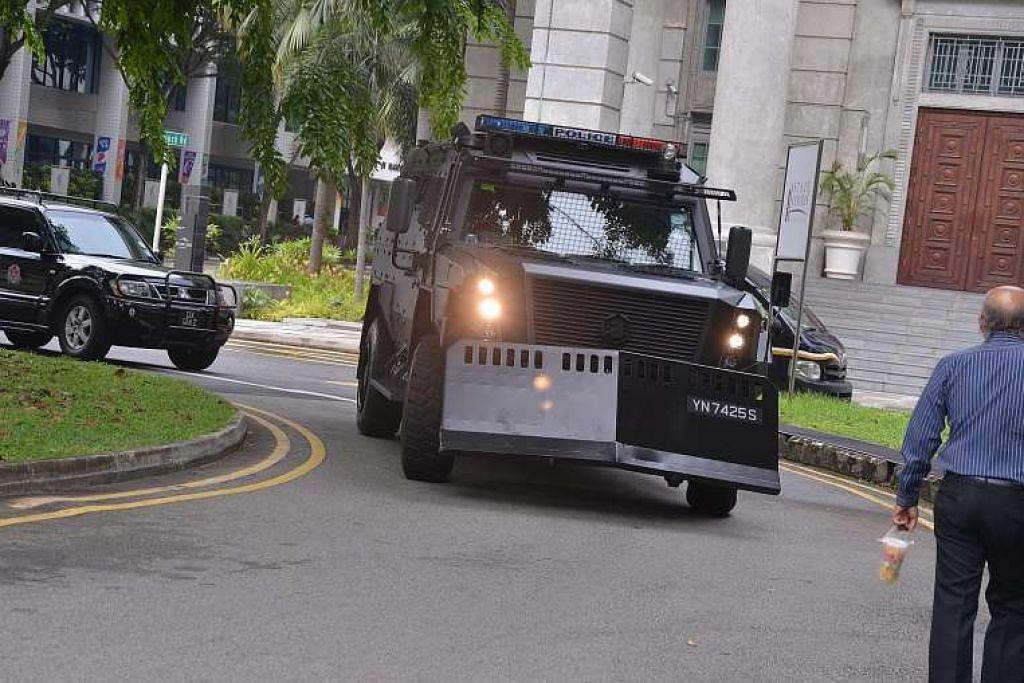 Tertuduh tiba untuk perbicaraan dalam konvoi yang dikawal ketat, termasuk kereta perisai polis.