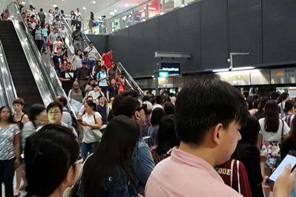 Orang ramai di platform kereta api di stesen MRT Buona Vista Laluan Circle pada pagi Rabu (31 Ogos).