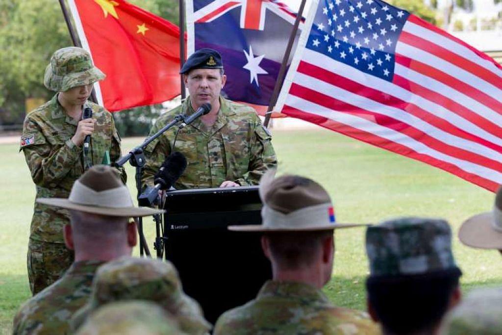 Seorang pegawai Tentera Australia, Leftenan Kolonel Warwick Young, berucap kepada askar Australia, Amerika  dan China semasa majlis perasmian Latihan Kowari, iaitu latihan tiga hala, pada 26 Ogos