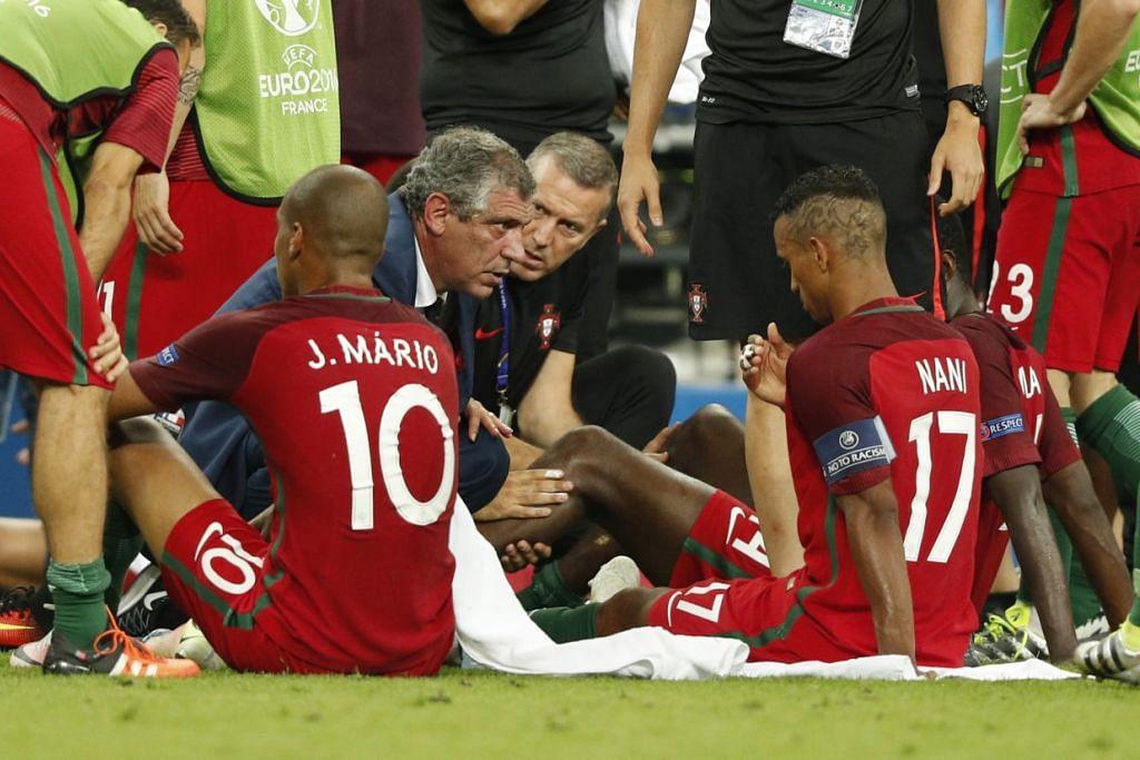 Ketua jurulatih Portugal, Fernando Santos, bercakap bersama pemainnya sebelum permainan masa tambahan dimulakan dalam satu perlawanan Euro 2016.