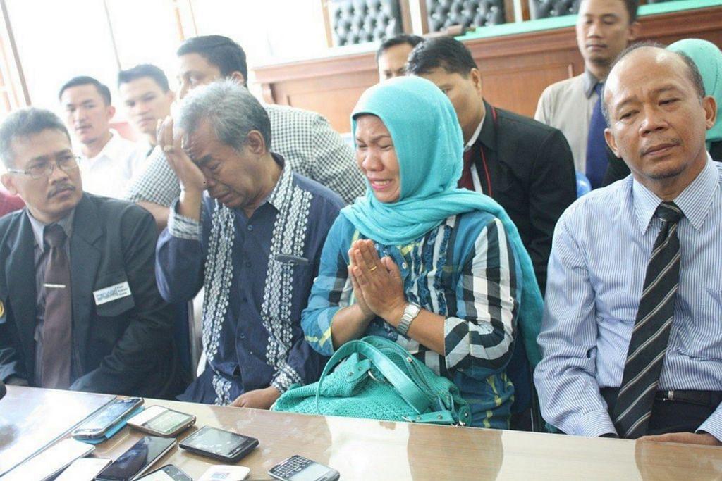 Encik Makmur Hasugian (dua dari kiri) dan isterinya, Cik Arista Purba,  memohon maaf kepada penganut Kristian semasa sidang media di Persatuan Peguam Indonesia (Peradi) di Medan pada 1 September.