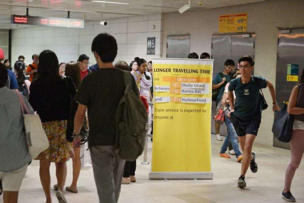 Notis diletak untuk memaklumkan penumpang mengenai masa perjalanan tambahan di Laluan Ciarcle pada Khamis (1 Sep).