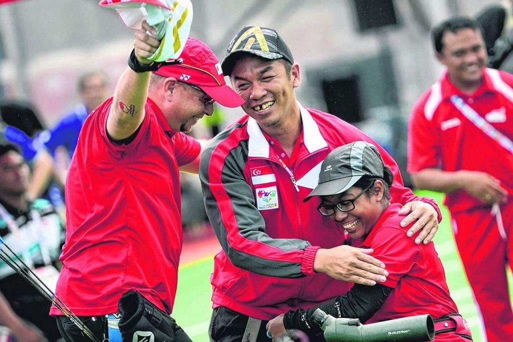 SAAT BERSEJARAH: Syahidah meraikan emas perseorangan yang dimenanginya di APG 2015 - Foto fail