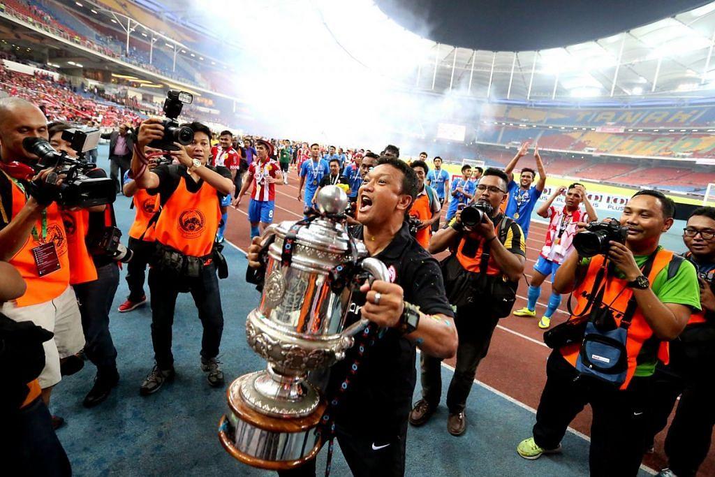 Fandi Ahmad mengangkat Piala FA Malaysia yang dimenangi LionsXII selepas mengalahkan Kelantan 3-1 di Stadium Bukit Jalil pada 23 Mei 2015.