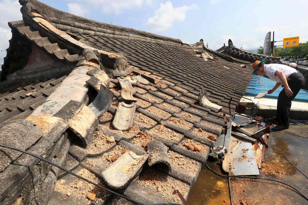 Seorang lelaki memeriksa kerosakan pada bumbung rumahnya di Gyeongju pada Selasa (13 Sep) selepas gempa bumi melanda Korea Selatan pada Isnin.