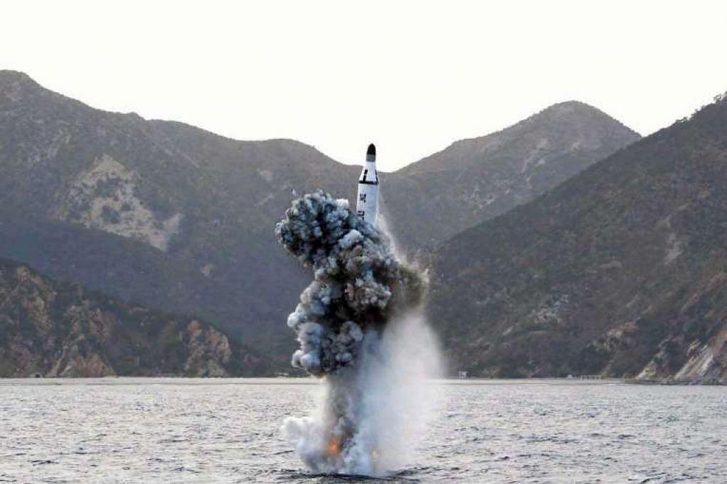 Satu gambar fail menunjukkan ujian peluru berpandu balistik yang dilancarkan dari kapal selam yang dijalankan Korea Utara di sebuah lokasi rahsia pada 23 April 2016.