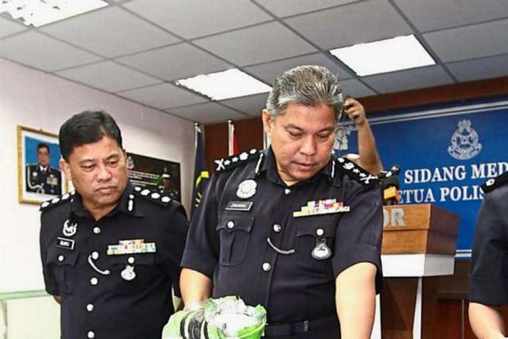 SAC Datuk Mohd Zakaria Ahmad menunjukkan sebahagian daripada barang yang dirampas daripada seorang warga Singapura suspek pengedar dadah dalam satu sidang media di ibu pejabat polis Johor pada Khamis (15 Sep).
