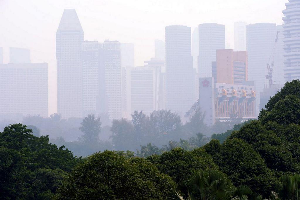 Jerebu tebal akibat kebakaran hutan di Indonesia menyelimuti ruang udara Singapura pada Oktober 2015. Kementerian Kesihatan Singapura berkata kematian akibat jerebu tidak setinggi yang dianggarkan dalam kajian oleh Universiti Harvard dan Universiti Columbia itu.