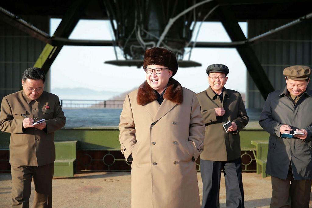 Foto fail tanpa tarikh yang kali pertama dikeluarkan oleh agensi berita rasmi KCNA  pada 9 April 2016 ini menunjukkan pemimpin Korea Utara, Encik Kim Jong-Un, memeriksa ujian darat enjin jet roket balistik berkuasa tinggi antara benua baru yang dibina di Pusat Angkasa Lepas Sohae, di wilayah Pyongan.