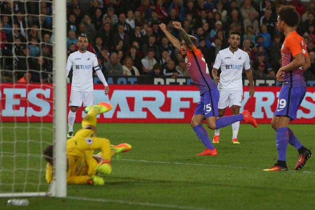 Pemain berumur 19 tahun Manchester City, Aleix Garcia Serrano (tengah), meraikan gol yang dijaringkannya dalam kemenangan 2-1 ke atas Swansea City dalam perlawanan Piala Liga pada Rabu (21 Sep).