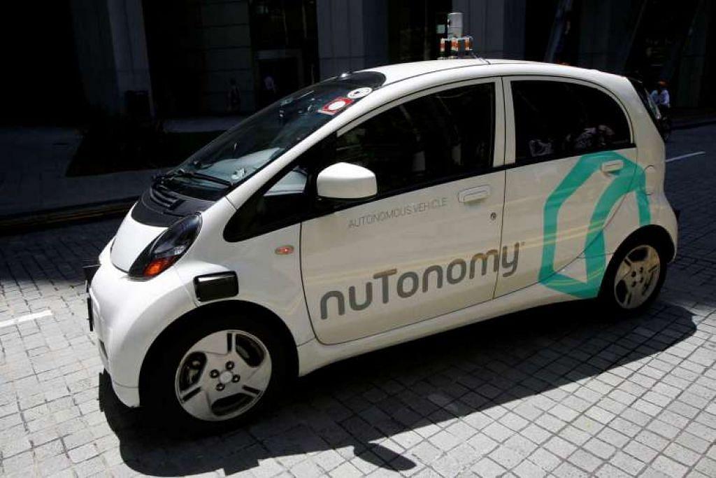 Sebuah teksi  tanpa pemandu nuTonomy bergerak di jalan raya semasa uji cuba awam pada 25 Ogos 2016.