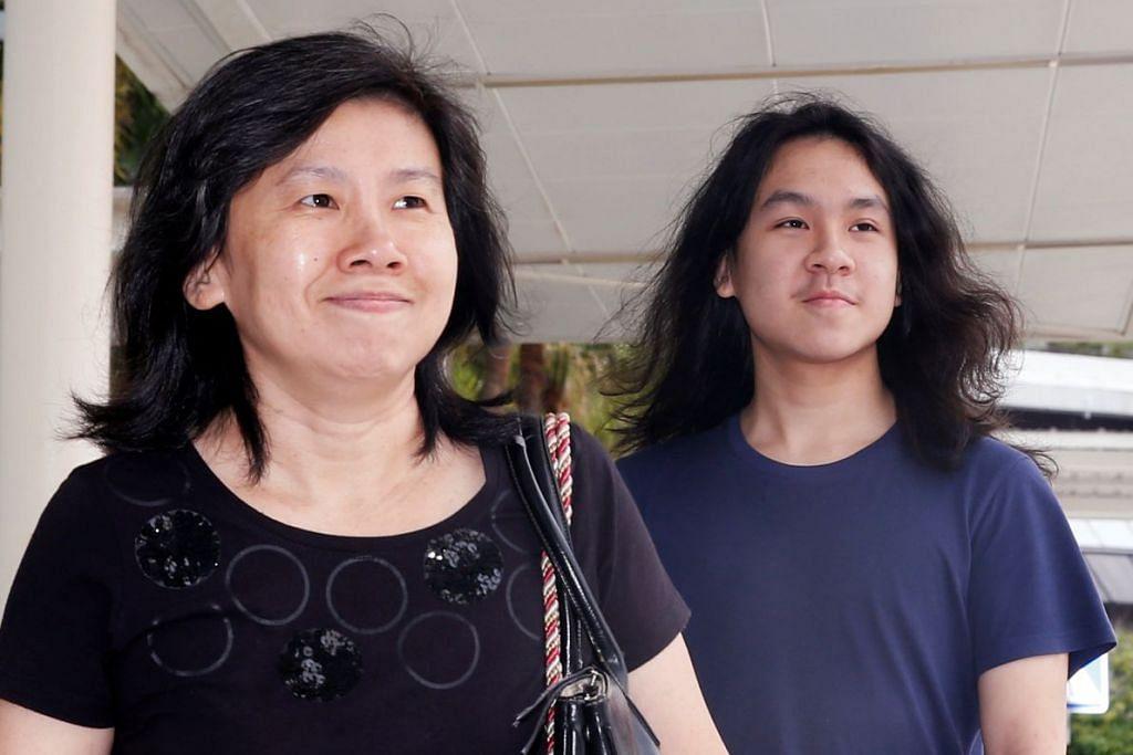 Amos Yee tiba bersama ibunya di Mahkamah Negara pada Rabu (28 Sep).