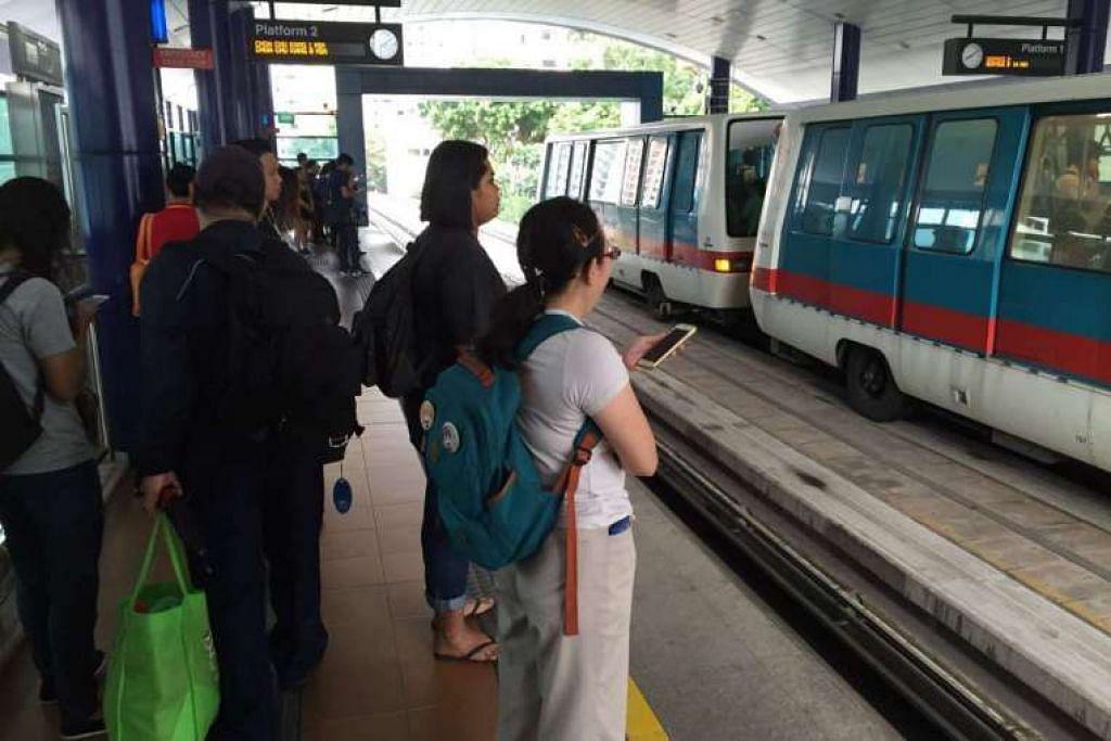 Penumpang menunggu kereta api di stesen Petir di LRT Bukit Panjang pada kira-kira 8.45 pagi pada Rabu (28 Sep).
