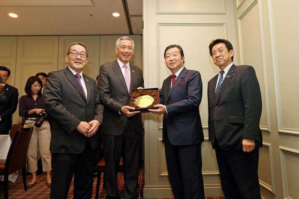 Perdana Menteri Lee Hsien Loong (dua dari kiri) dan perwakilan Singapura bertemu wakil kanan Liga Persahabatan Parlimen Jepun-Singapura.