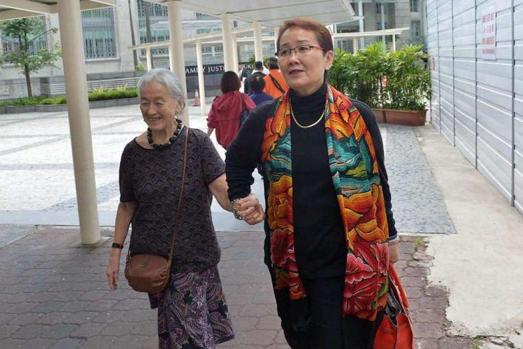 Cik Chung bersama Cik Hedy Mok, 62 tahun, anak saudara beliau yang memulakan beberapa tindakan undang-undang terhadap Yang pada 2014, tiba di mahkamah pada Jumaat (30 Sep)