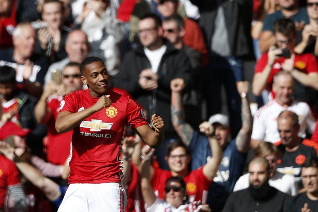 Pemain Manchester United, Anthony Martial, merai gol jaringannya dalam perlawanan EPL menentang Stoke City yang berkesudahan dengan seri 1-1 di Old Trafford pada 2 Oktober 2016.