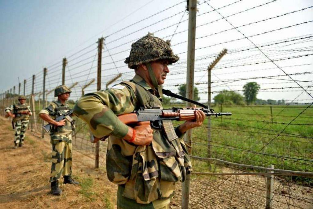 Askar Angkatan Keselamatan Sempadan (BSF) India mengawal di sebuah kota kara di sepanjang pagar di sempadan India-Pakistan pada Ahad (2 Okt 2016).